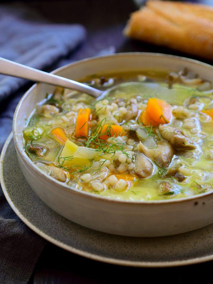 Esta sopa de setas y cebada perlada es muy fácil de hacer, sencilla y deliciosa. Todo lo que necesitas es un par de tubérculos, tu variedad favorita de setas, cebada perlada y eneldo para hacer esta sopa sustanciosa y reconfortante!