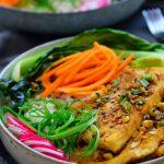 Este Buddha bowl es muy fácil de hacer con tofu picante al estilo coreano, zanahorias encurtidas, pak choi salteado con ajo y rábanos frescos – todo encima de una cama de arroz. Es un plato completo y totalmente vegetariano en solo un bol!