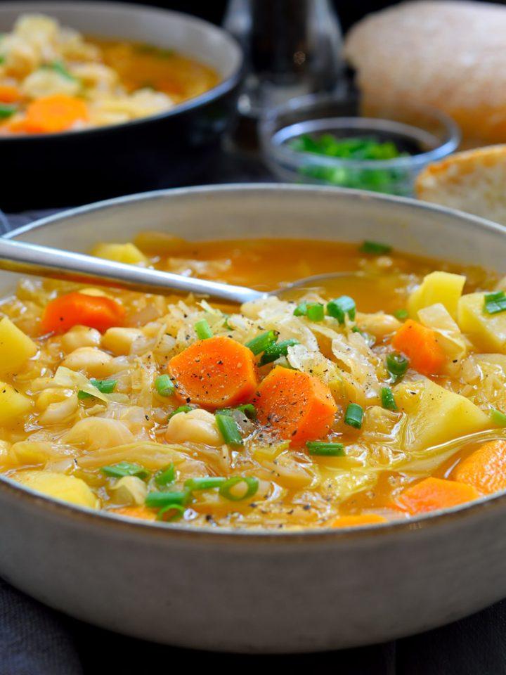 Esta sopa de chucrut es sustanciosa, deliciosa y muy fácil de hacer. Todo en una sola olla y listo en tan sólo 30 minutos, esta sopa sencilla y reconfortante es genial servida de entrante o principal vegetariano o vegano.