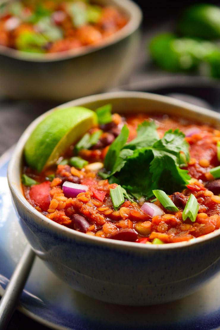 Este chili vegano de lentejas rojas es rápido y fácil de preparar, repleto de sabores y fácil de adaptar a tus ingredientes y toppings favoritos.