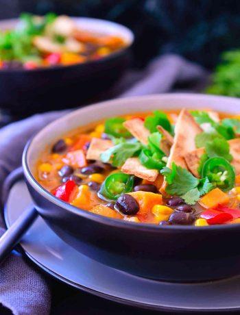 Esta sopa de enchilada sabe igual a… lo adivinaste: las enchiladas, pero en forma de sopa. No sólo es una sopa muy rica, también es muchísimo más fácil de hacer que las enchiladas tradicionales y se puede preparar en tan sólo 20 minutos. Es el plato perfecto para vegetarianos y veganos perezosos, además se puede preparar y congelar para otro día cuando no tienes ganas de cocinar.