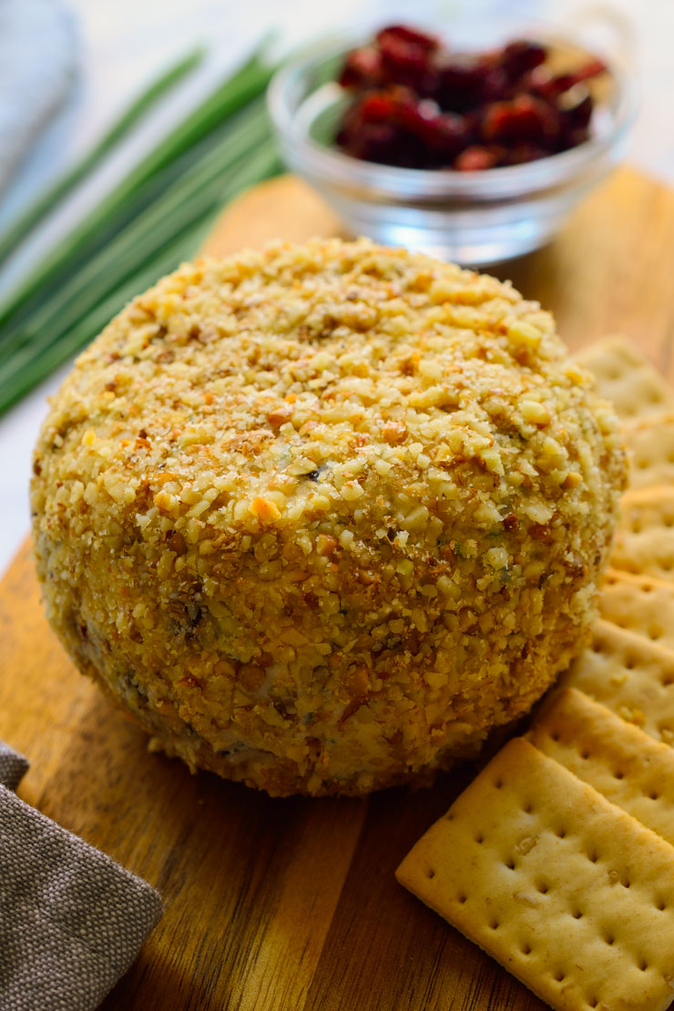 Esta bola de queso vegano de arándano y romero es un aperitivo fácil, se puede preparar con anticipación y es genial tanto para fechas señaladas como cualquier día de entre semana! Delicioso; dulce y salado, genial servido con galletitas saladas, verduras frescas o encurtidas, o fruta, este queso vegano será la guinda de tu cena de Navidad!
