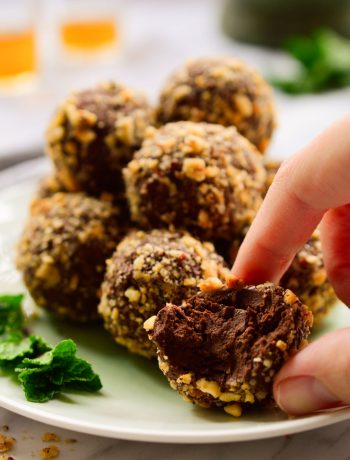 Estas trufas veganas de chocolate y menta son muy fáciles de hacer con pocos ingredientes. Chocolate negro, menta fresca y avellanas crujientes hacen un postre opulente, genial servido en una fiesta de fin de año o para veganos golosos.