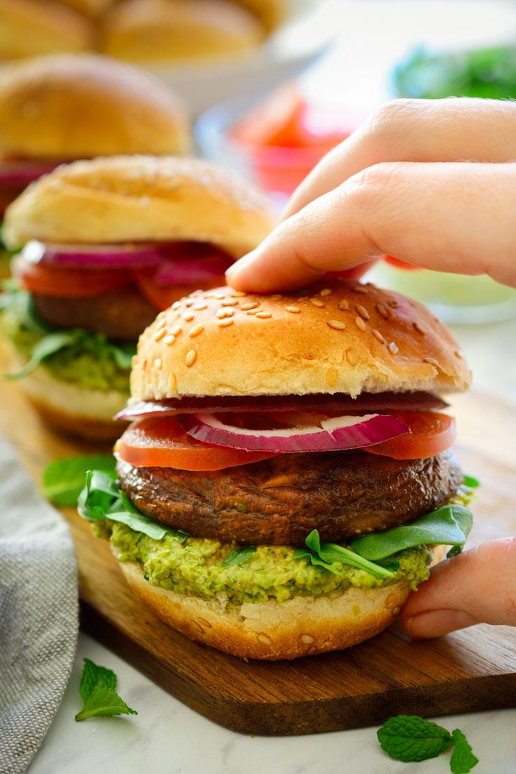 Estas mini hamburguesas son muy fáciles de hacer, a base de jugosos champiñones sazonados y un pesto delicioso de menta y guisantes, sabrosísimas. Estas hamburguesitas son geniales para picar durante una fiesta, barbacoa veraniega, o para una cena de entresemana!