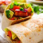 Estos burritos veganos son muy simples de montar, con tempeh cocinado en salsa barbacoa y verduras frescas. Rápidos, fáciles y con infinitas variaciones, los burritos son siempre perfectos para una cena de entresemana.