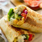 Burritos veganos mediterráneos en un plato y listos para servir.
