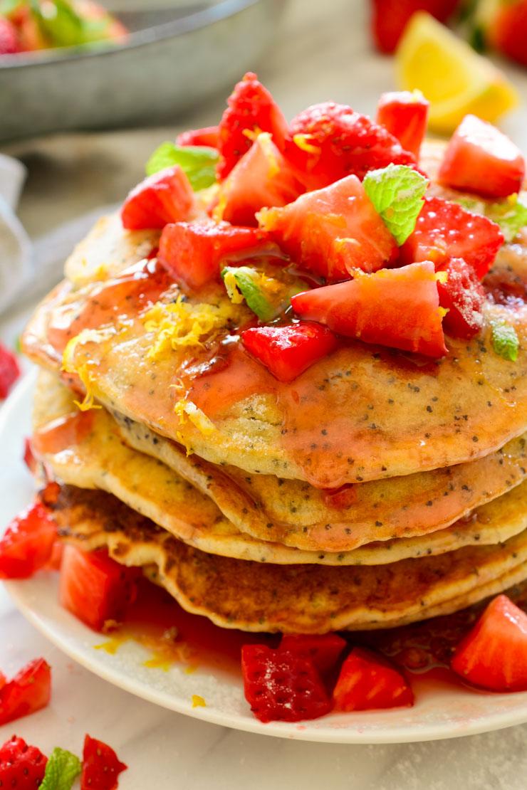 Estas tortitas veganas son fáciles de hacer y perfectas para la primavera cuando las fresas más frescas llegan a los mercados. Servirlas con mantequilla vegana, sirope de arce o sirope de fresa para un brunch de domingo.