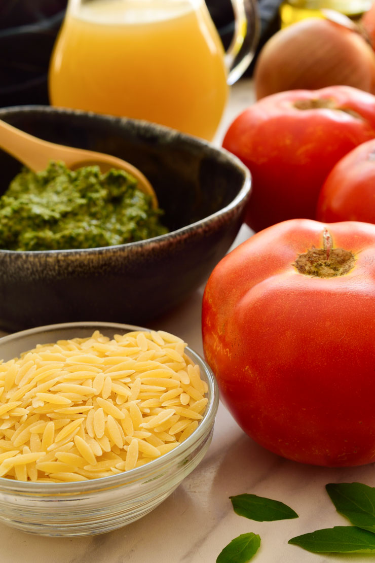 Los ingredientes básicos para tomates rellenos veganos.