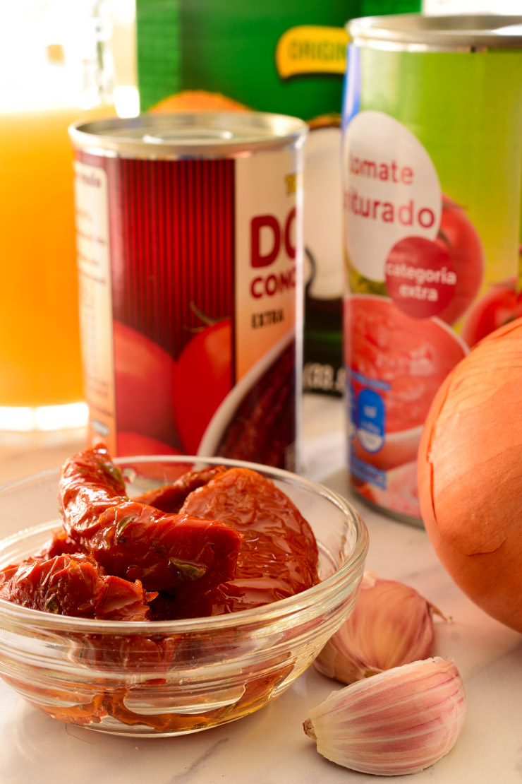 Los ingredients para la sopa de tomate en la encimara.