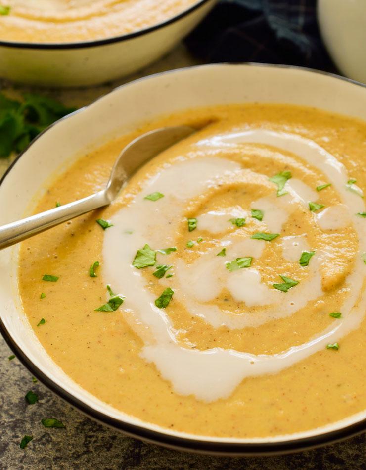 Un bol de la sopa con una cuchara.