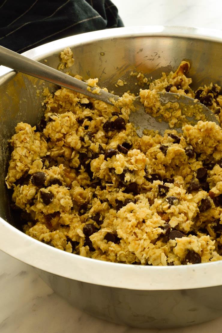 La masa para galletas veganas en un bol gris.