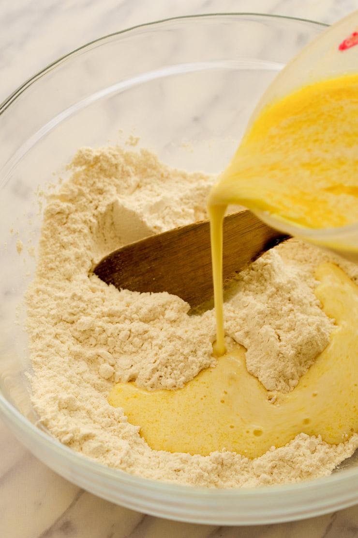 Mezclando los ingredientes secos con los ingredientes húmidos en un bol.