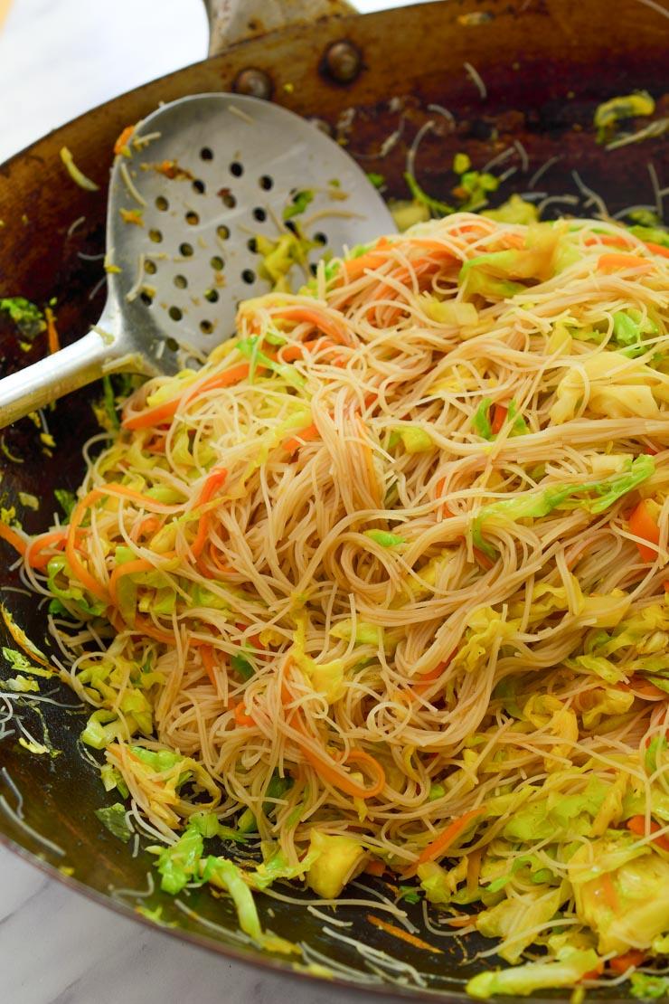El wok con las verduras y los fideos mezclados.