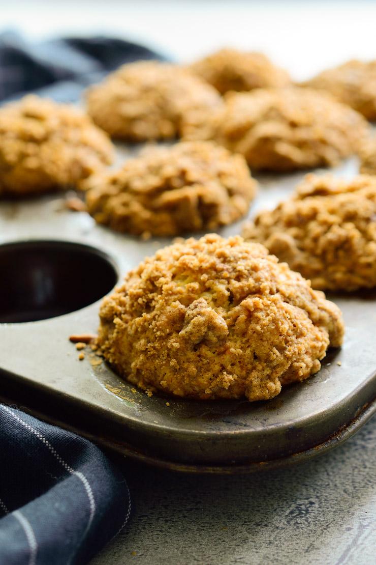 Todos los muffins en un molde recién sacados del horno.