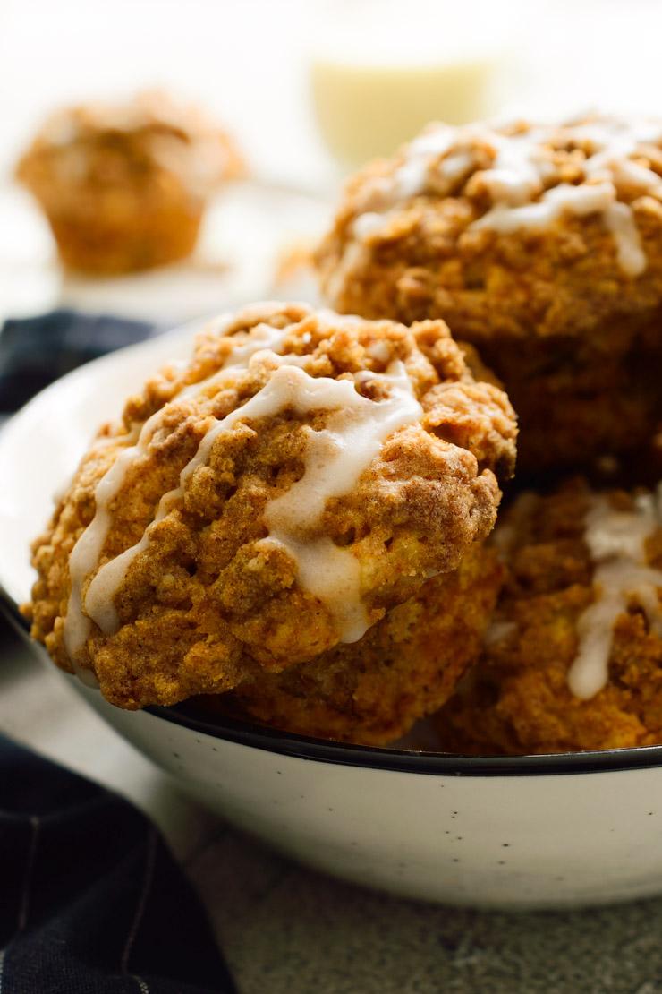 Los muffins con sus toppings en un bol blanco.