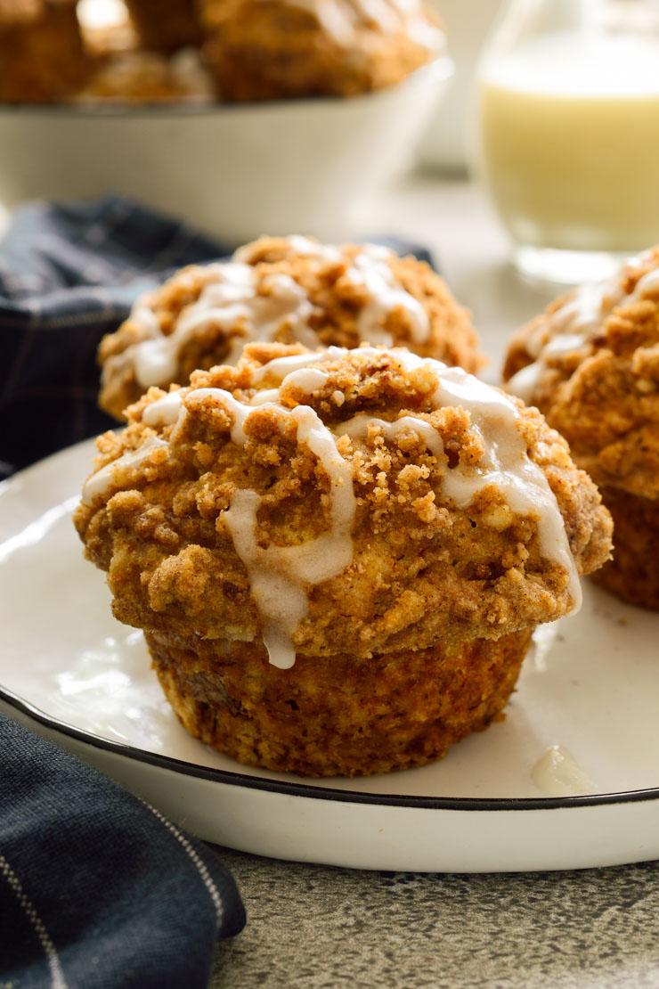 Tres muffins veganos en un plato blanco.