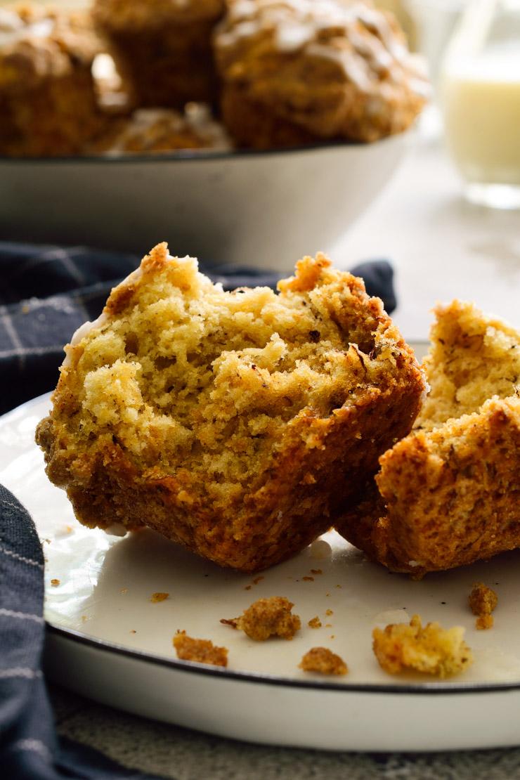 Un muffin cortado en dos en un plato blanco.