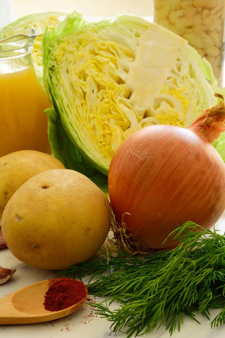 Las verduras necesarias para hacer la sopa de col.