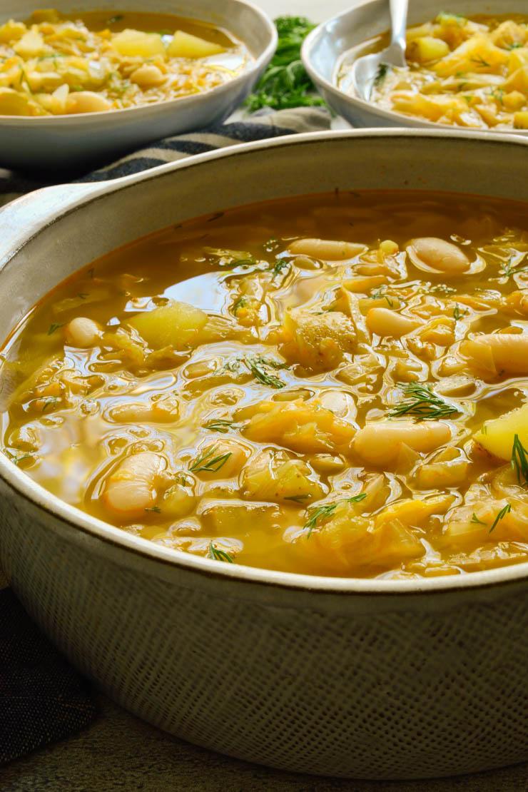 Una olla gris de sopa.